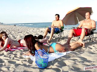 Секс на пляже в купальнике